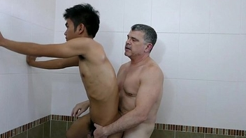 Pinoy lad barebacked in the tub